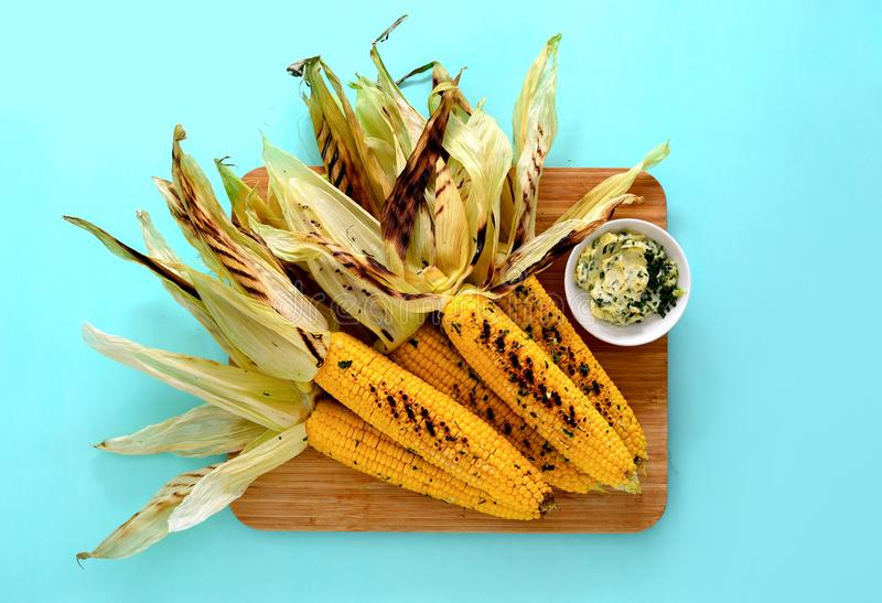 Piec na grillu kukurudza z czosnku masła opatrunkiem obraz royalty free