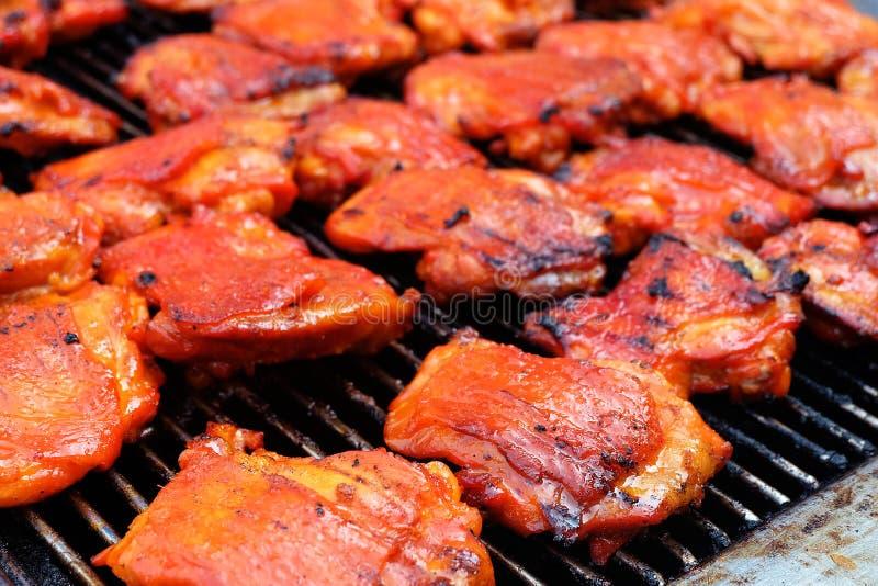 Piec na grillu kurczaków kawałki na grillu zdjęcia stock