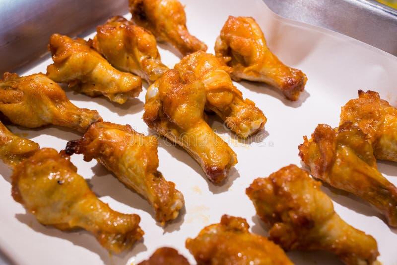 Piec na grillu kurczaków skrzydła na półmisku zdjęcia royalty free