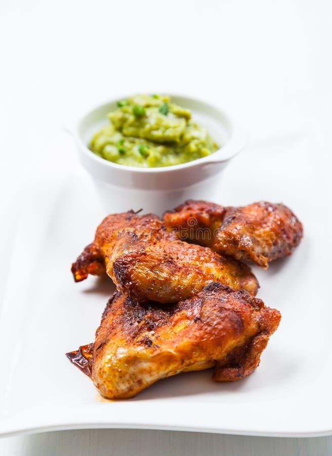 Piec na grillu kurczaków skrzydła z guacamole fotografia stock