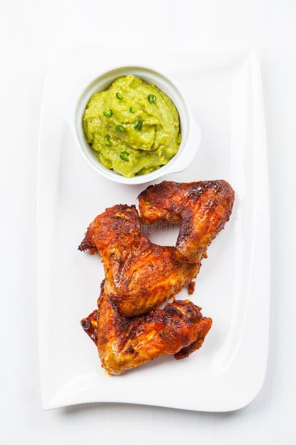 Piec na grillu kurczaków skrzydła z guacamole obraz royalty free