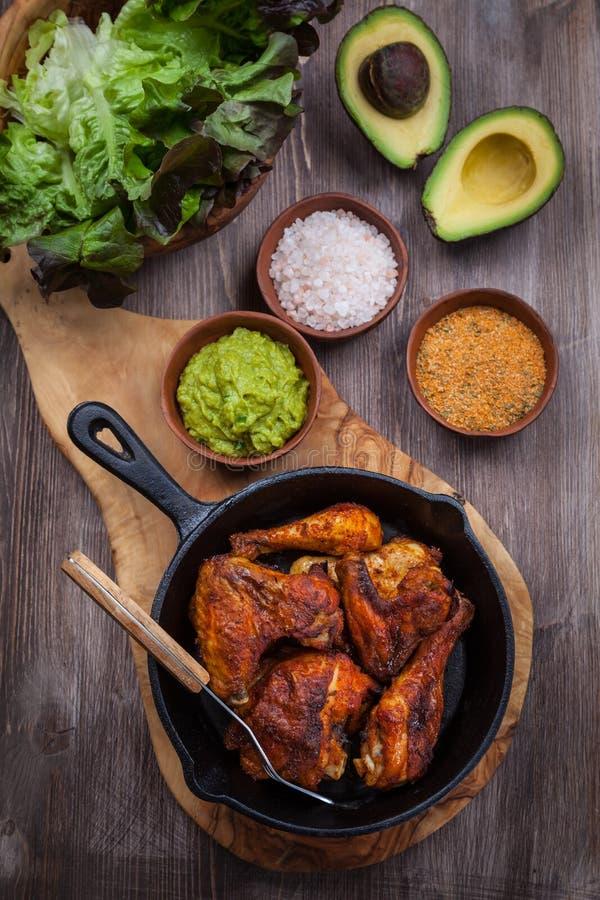 Piec na grillu kurczaków skrzydła z guacamole i nogi fotografia royalty free