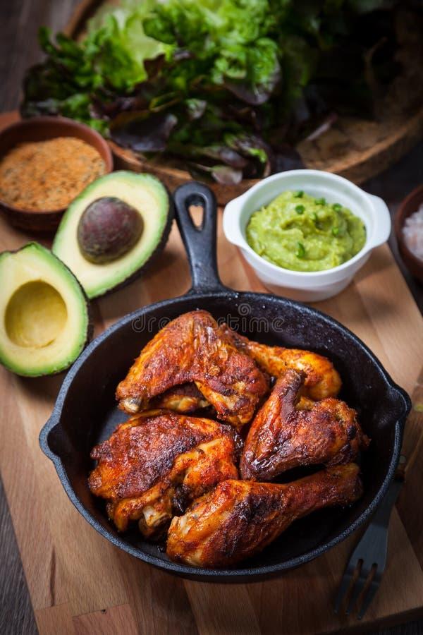 Piec na grillu kurczaków skrzydła z guacamole i nogi zdjęcia royalty free
