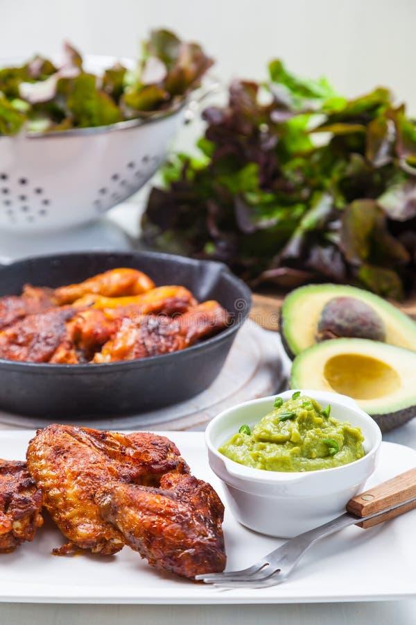 Piec na grillu kurczaków skrzydła z guacamole i nogi obrazy stock
