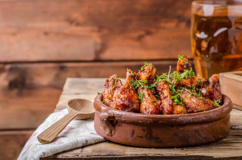 Piec na grillu kurczaków skrzydła z piwem zdjęcie stock