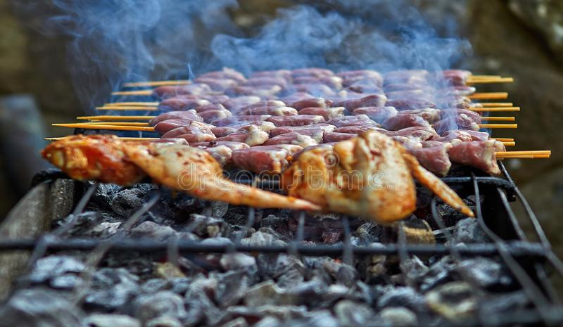Piec na grillu kurczak na ciepłej wiośnie fotografia stock