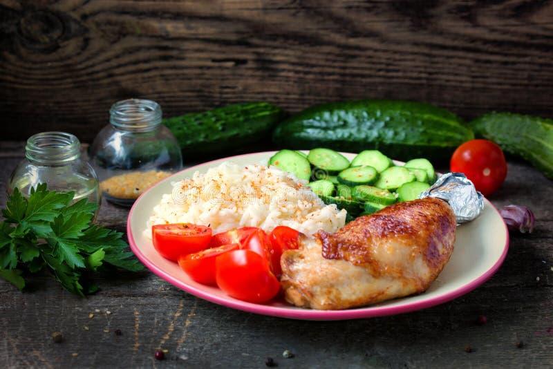 Piec na grillu kurczak noga, biali ryż, slised ogórek z sezamowymi ziarnami, tomtoes i ziele, zdjęcia royalty free