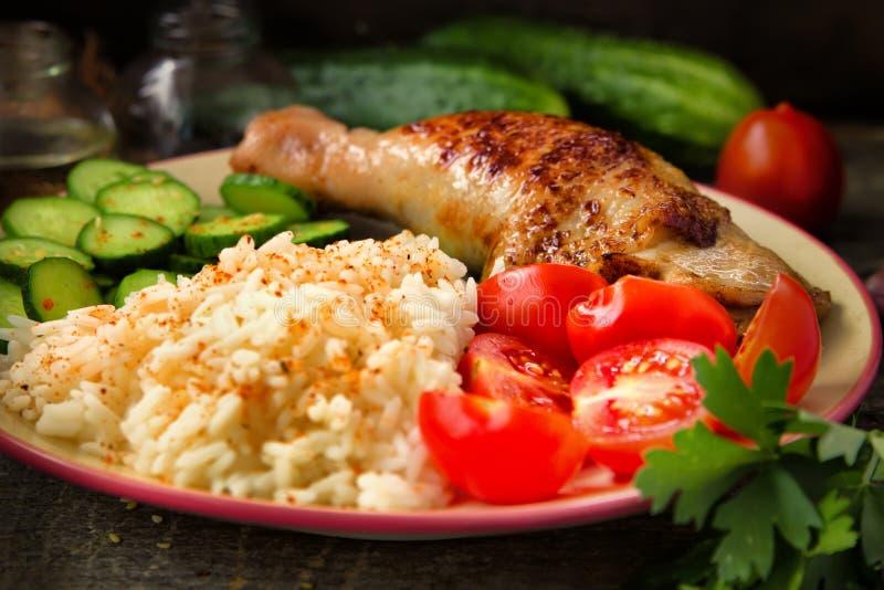 Piec na grillu kurczak noga, biali ryż, slised ogórek z sezamowymi ziarnami, tomtoes i ziele, fotografia stock