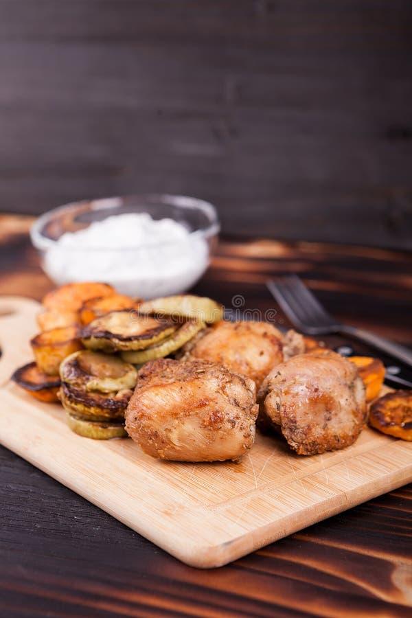 Piec na grillu kurczak obok smażących batatów i zucchini zdjęcie stock
