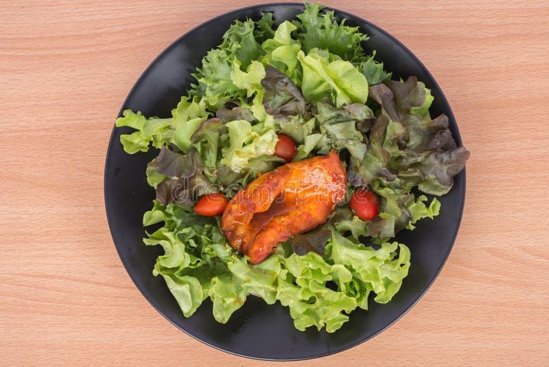 Piec na grillu kurczak papryki pieprz z jarzynową sałatką nikt oliwi niskotłuszczową dietę zdrową zdjęcia royalty free