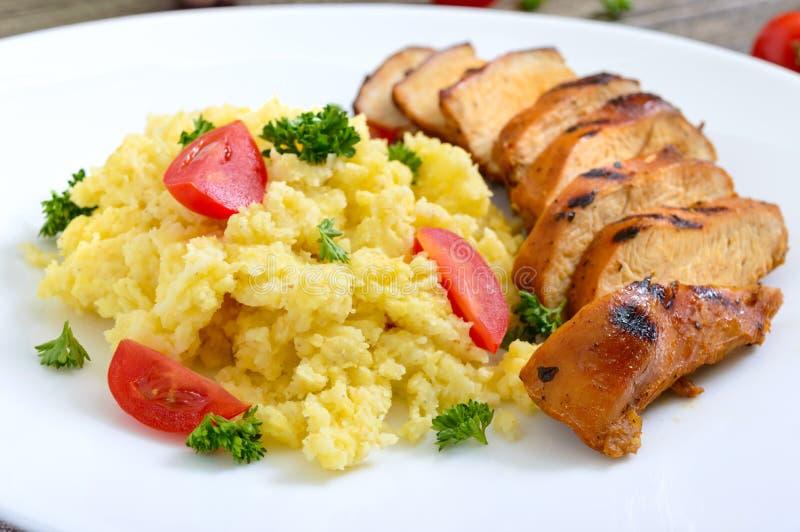 Piec na grillu kurczak pierś i wyśmienicie jaglana owsianka na białym talerzu zdjęcie stock