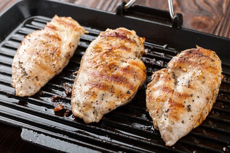 Piec na grillu kurczak pierś polędwicowa fotografia royalty free