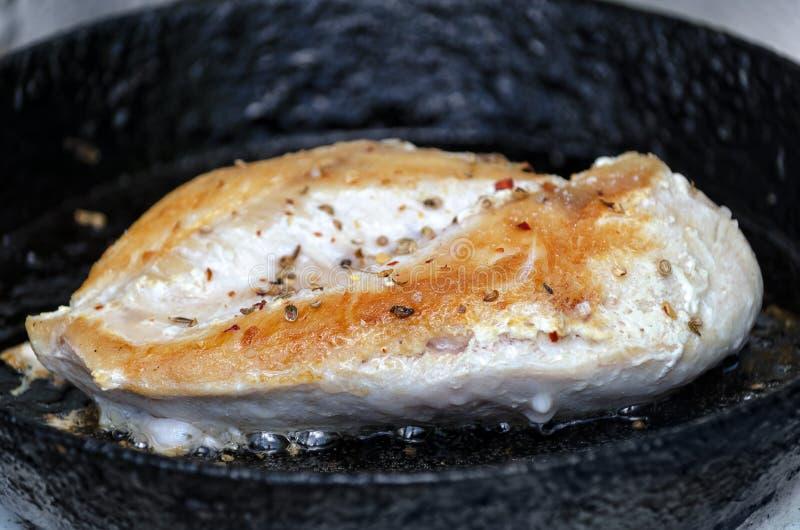 Piec na grillu kurczak pierś w niecce obrazy stock