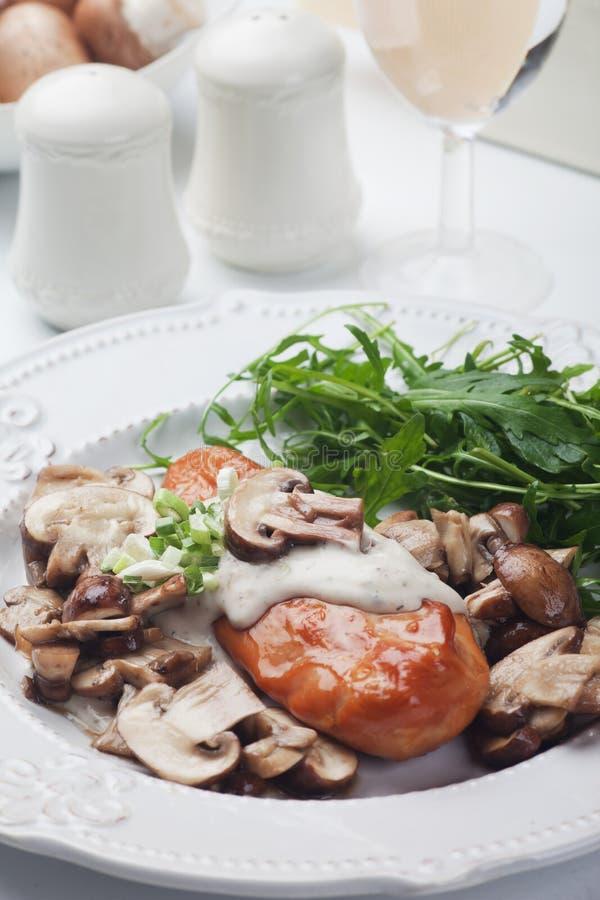 Piec na grillu kurczak pierś w pieczarkowym kumberlandzie obraz royalty free