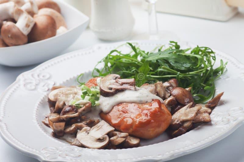 Piec na grillu kurczak pierś w pieczarkowym kumberlandzie fotografia royalty free