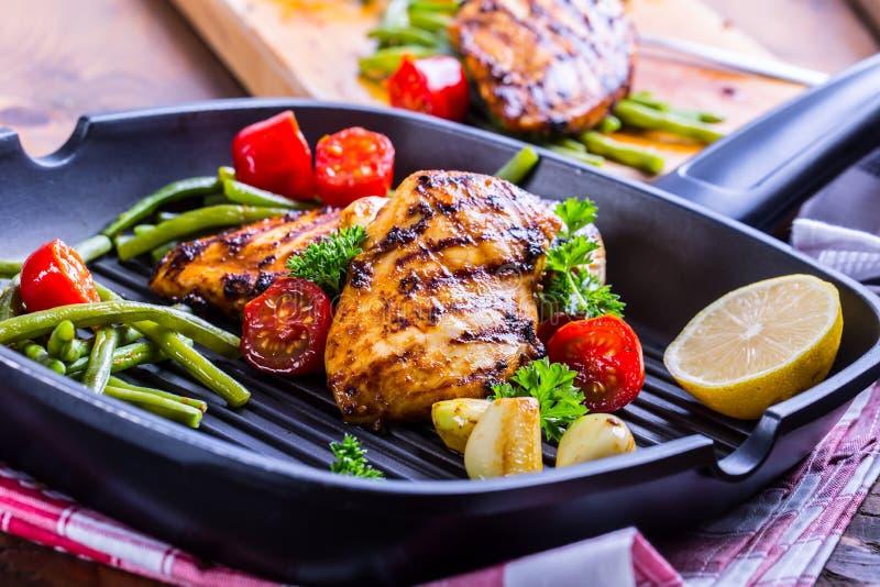 Piec na grillu kurczak pierś w różnych różnicach z czereśniowym tomat fotografia royalty free