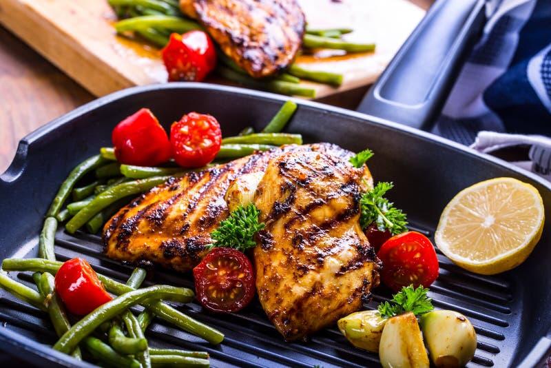 Piec na grillu kurczak pierś w różnych różnicach z czereśniowym tomat obraz stock