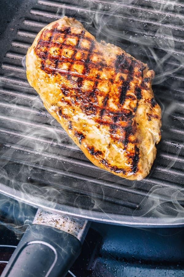Piec na grillu kurczak pierś w różnych różnicach z czereśniowymi pomidorami, pieczarkami, ziele, rżniętą cytryną na drewnianej de zdjęcia stock