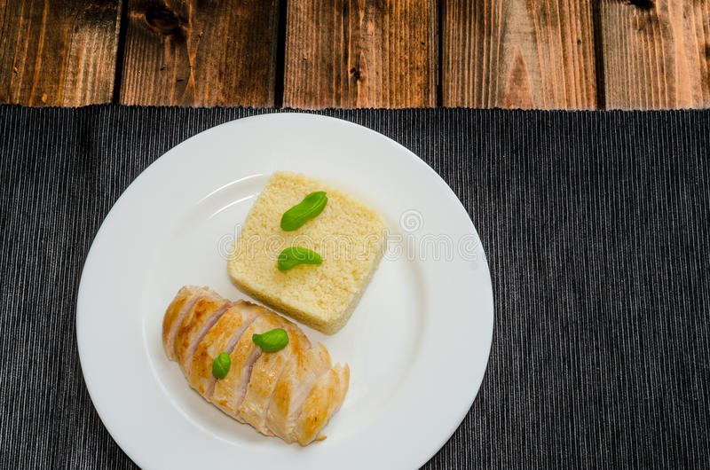 Piec na grillu kurczak pierś z couscous i basilem fotografia royalty free