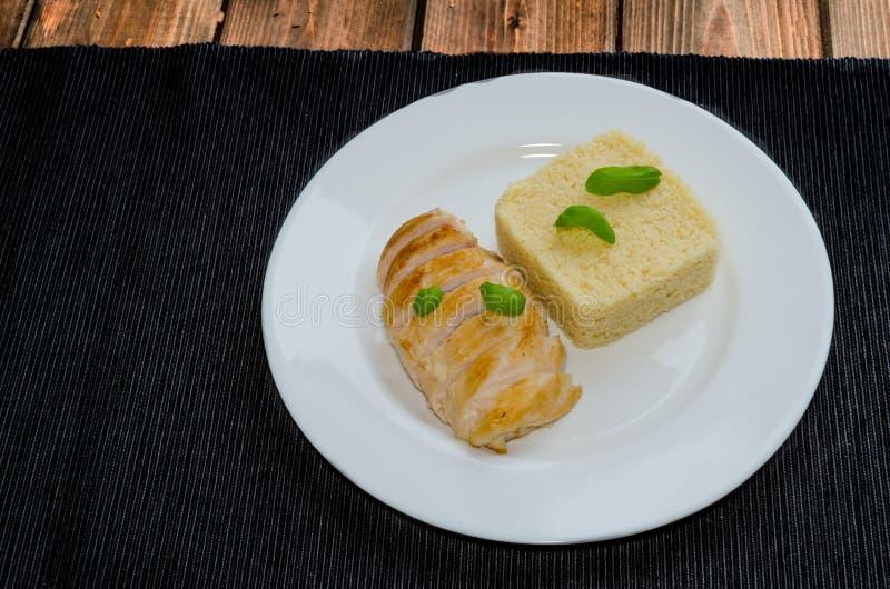 Piec na grillu kurczak pierś z couscous i basilem zdjęcie stock