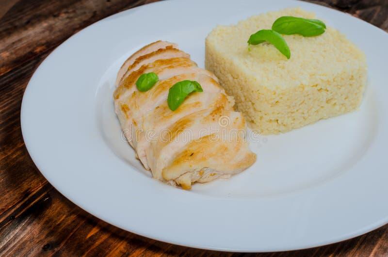 Piec na grillu kurczak pierś z couscous i basilem zdjęcia royalty free