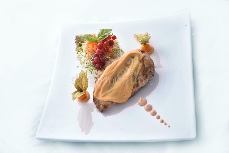 Piec na grillu kurczak pierś z pieczarkowym kumberlandem & veggies diety posiłkiem obrazy royalty free