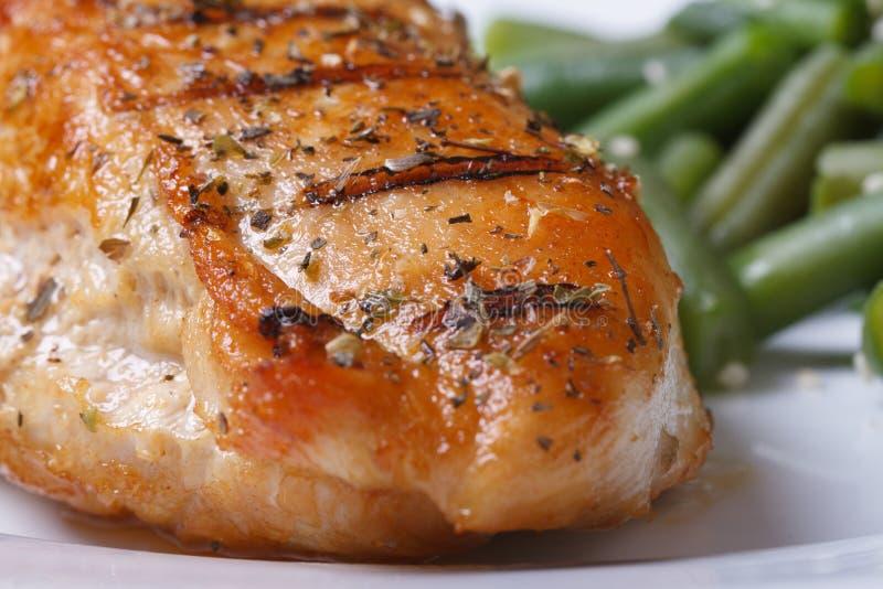Piec na grillu kurczak pierś z pikantność i fasolkami szparagowymi zdjęcie royalty free