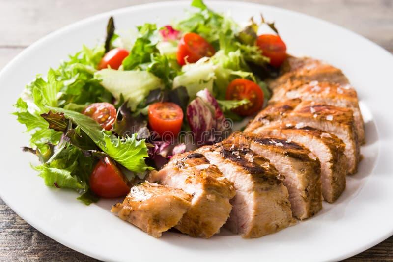 Piec na grillu kurczak pierś z warzywami na talerzu na drewnie obraz stock
