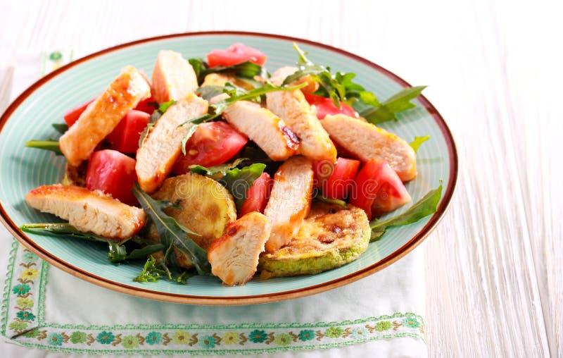Piec na grillu kurczak piersi, zucchini, rakiety i pomidoru sałatka, zdjęcie stock