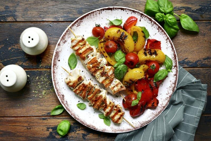 Piec na grillu kurczak skewers kebab z piec warzywami Odg?rny widok z kopii przestrzeni? zdjęcia royalty free