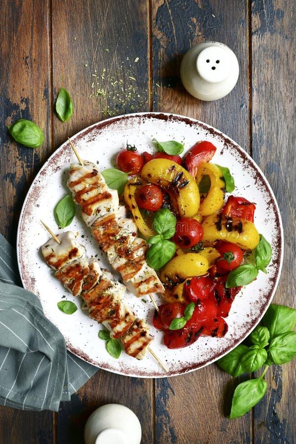 Piec na grillu kurczak skewers kebab z piec warzywami Odg?rny widok z kopii przestrzeni? obraz royalty free