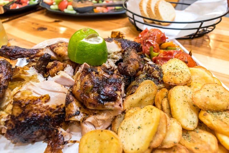 Piec na grillu kurczak z grulą, warzywami i cytryną na wo piec, zdjęcia stock