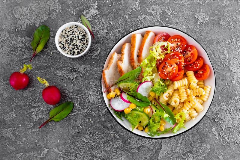 Piec na grillu kurczaka mięso z świeżego warzywa sałatką pomidor, ogórek, rzodkiew, sałata, chard liście, kukurudza i makaron, zd obrazy royalty free