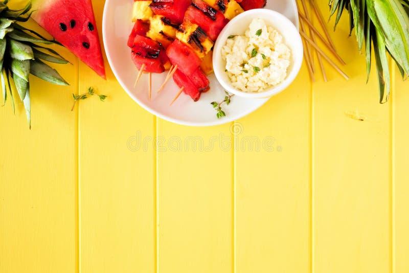 Piec na grillu lato arbuz i ananas zdjęcia stock