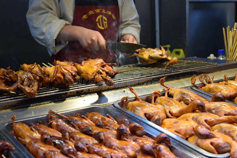 Piec na grillu małe kaczki przy lokalnym chińczykiem wprowadzać na rynek w Pekin fotografia royalty free