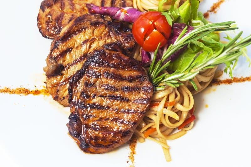 Piec na grillu makaron i stek obraz stock