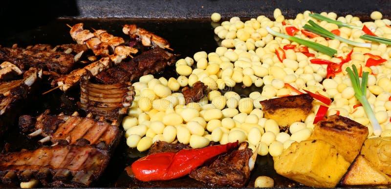 Piec na grillu mięsa z garnirunkiem fotografia royalty free