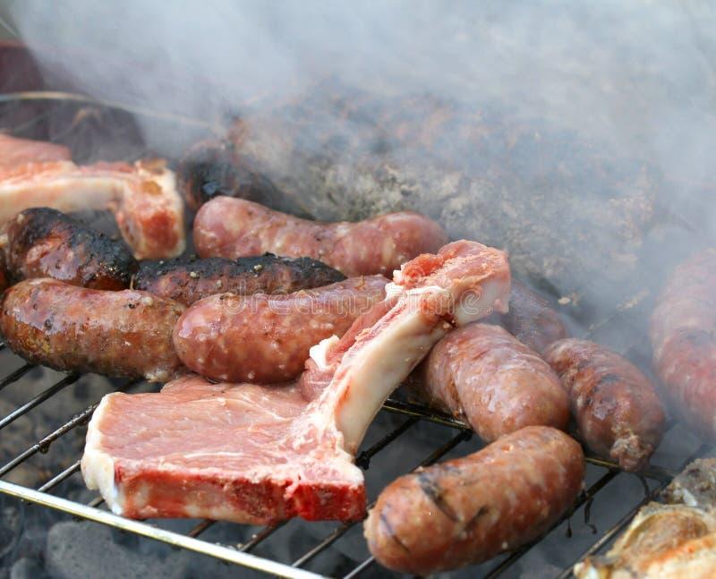 Piec na grillu mięsny grill z wieprzowiną 1 i kiełbasami zdjęcia stock