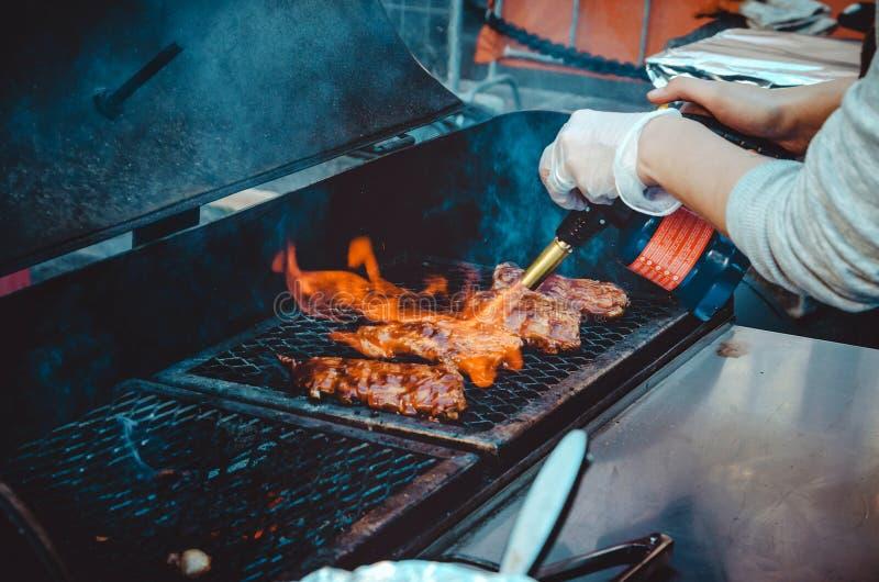 Piec na grillu mięso na grilla stojaku, plenerowi produkty spożywczy ustawiający Ulicy BBQ, grillów narzędzia Europejski roweru f zdjęcia royalty free