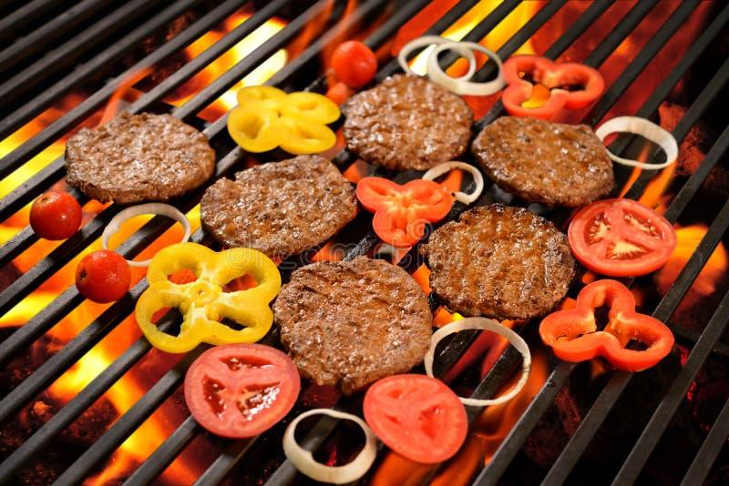 Piec na grillu mięso, hamburger z warzywem/ obrazy royalty free