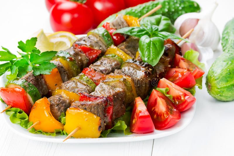 Piec na grillu mięso na skewers z warzywami fotografia royalty free