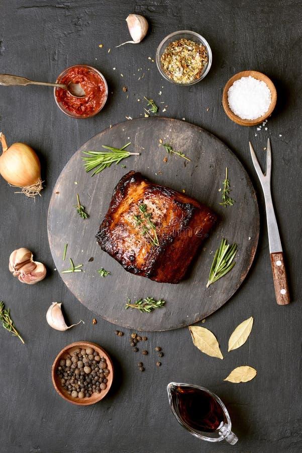 Piec na grillu mięso, odgórny widok zdjęcie royalty free