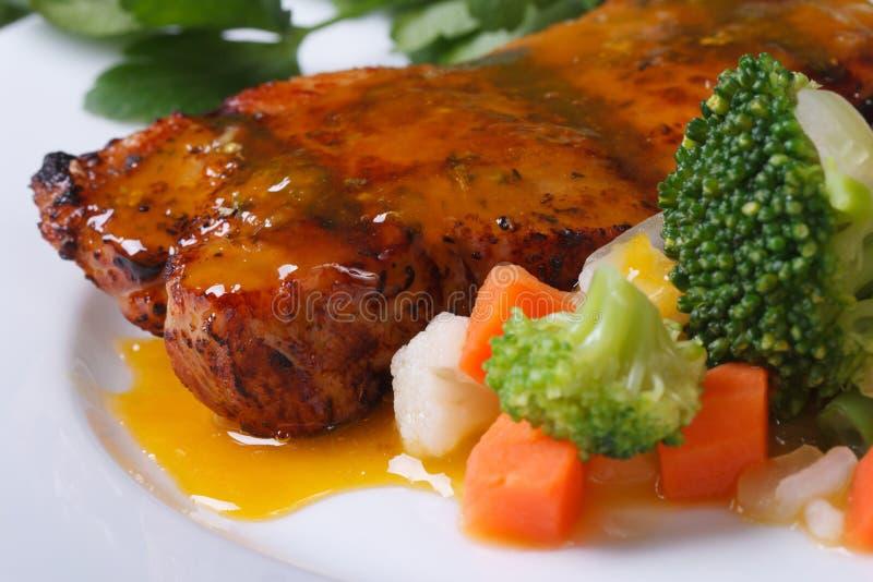 Piec na grillu mięso z pomarańczowym kumberlandem i warzywami zdjęcia stock