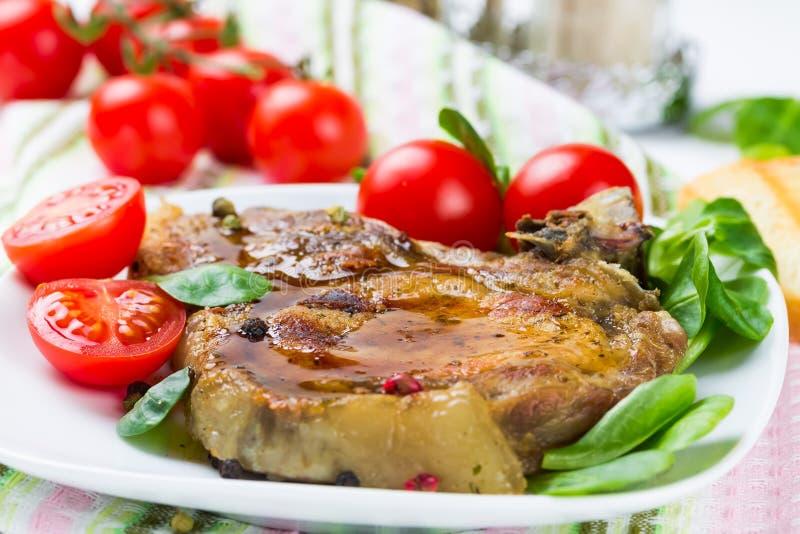 Piec na grillu mięso z pomidorem fotografia royalty free
