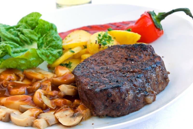 piec na grillu mignon stku tenderloin warzywa obrazy stock