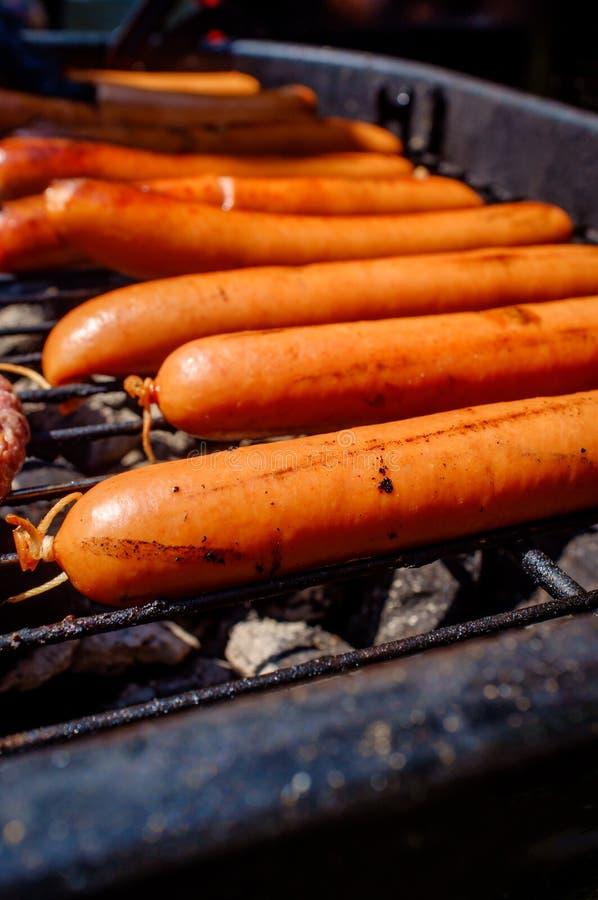 Piec na grillu Naturalnych Casing Hotdogs obrazy royalty free