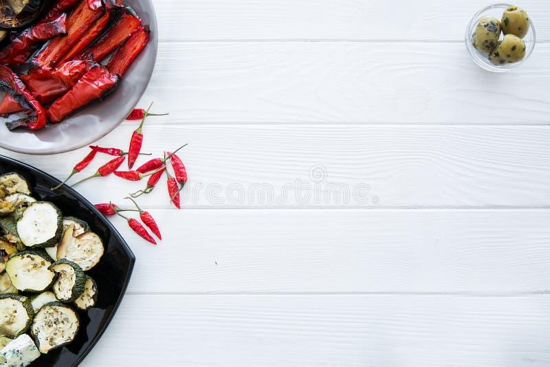 Piec na grillu papryka i piec na grillu zucchini kabaczek na białym drewnianym stole kosmos kopii obraz stock