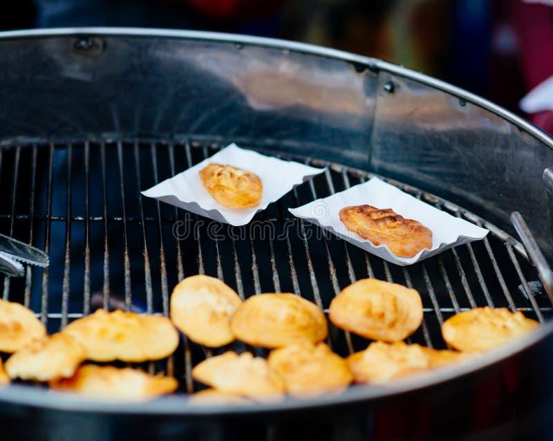 Piec na grillu połysku tradycyjny uwędzony serowy oscypek obrazy royalty free