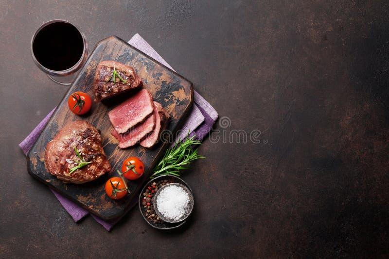 Piec na grillu polędwicowy stek z winem obrazy royalty free