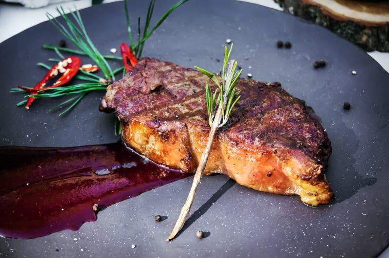 Piec na grillu polędwicowy wołowina nakrywająca z pomidorowym czerwonym kumberlandem na talerzu zdjęcia royalty free